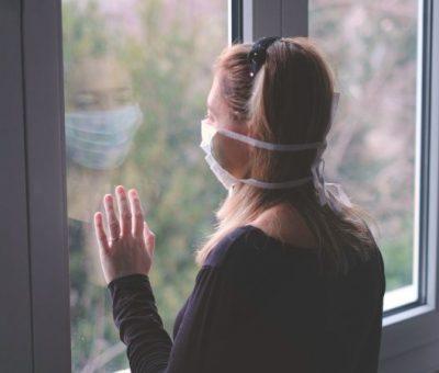 epidemija korona virus- žena u izolaciji