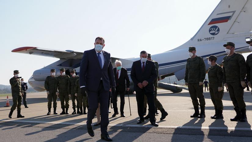 Milorad Dodik na dočeku ruskih stručnjaka (aerodrom Mahovljani, 9.april) / FOTO: GERILA