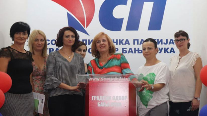 Jelena Kurtinović i Mira Galić sa stranačkim aktivistima